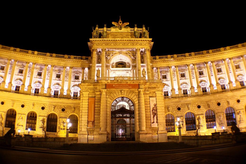 Vista do Hofburg, residência imperial de inverno (de 1279 até 1918) que, atualmente, abriga atrações clássicas da cidade como a Biblioteca Nacional Austríaca, a Escola Espanhola de Equitação e uma série de museus, como os espaços dedicados à imperatriz Sissi, os apartamentos imperiais e a coleção de prataria da Corte (foto: Eduardo Vessoni)
