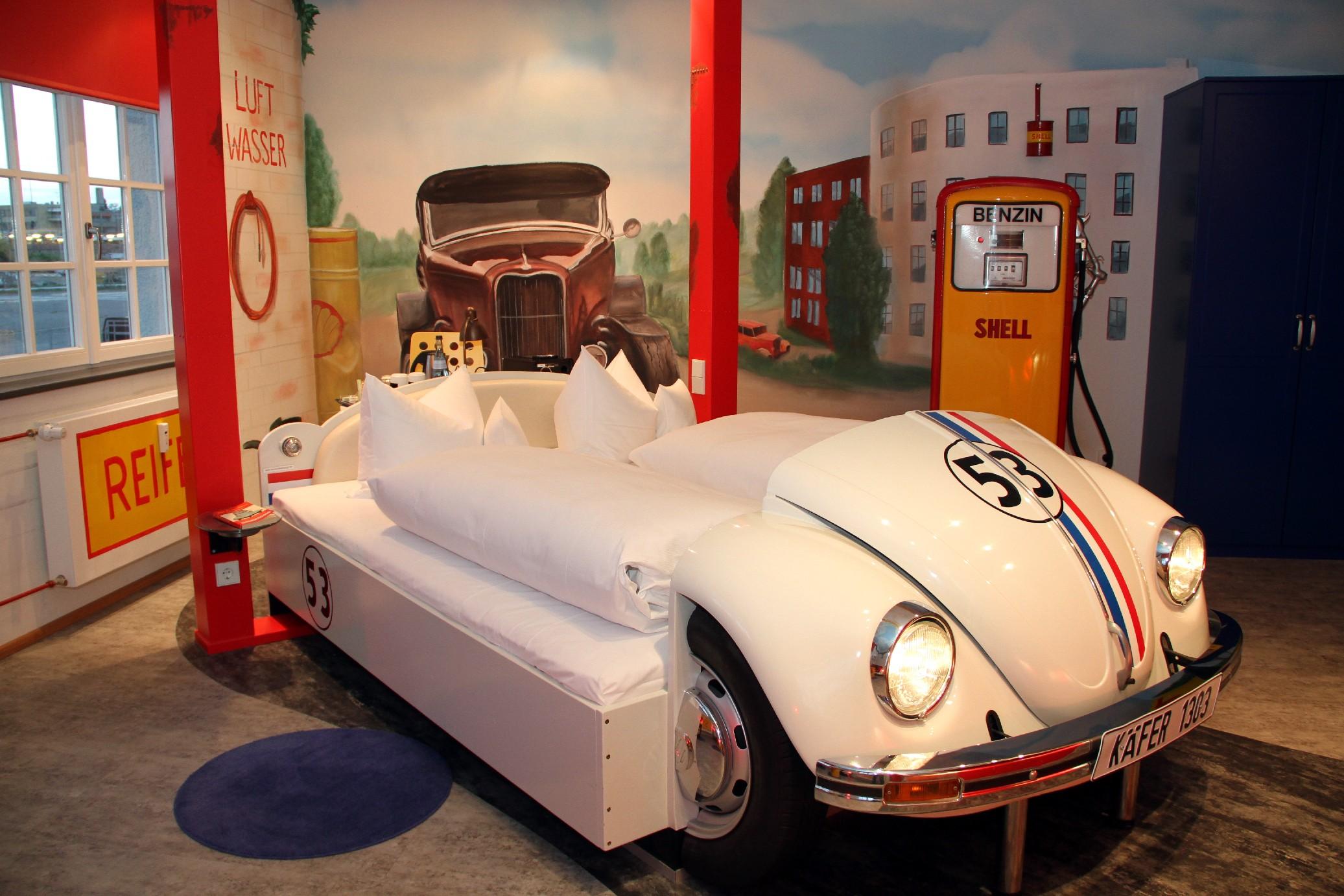 Vista de um dos quartos do V8, hotel em Stuttagart, na Alemanha, voltado para amantes do automobilismo