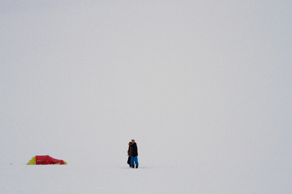 Vista do acampamento montado sobre território antártico, uma das atividades de aventura oferecidas em navios quebra-gelo que visitam a Península Antártica com fins turísticos