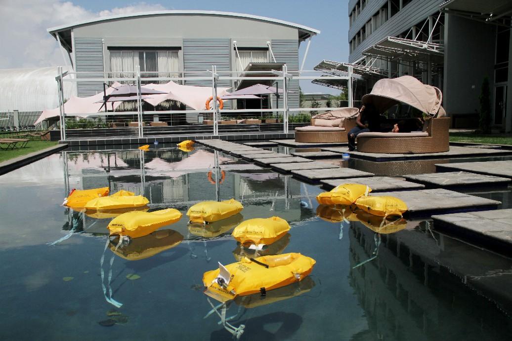 Boias salva-vidas na piscina dão o clima neste hotel sul-africano inspirado no mundo da aviação