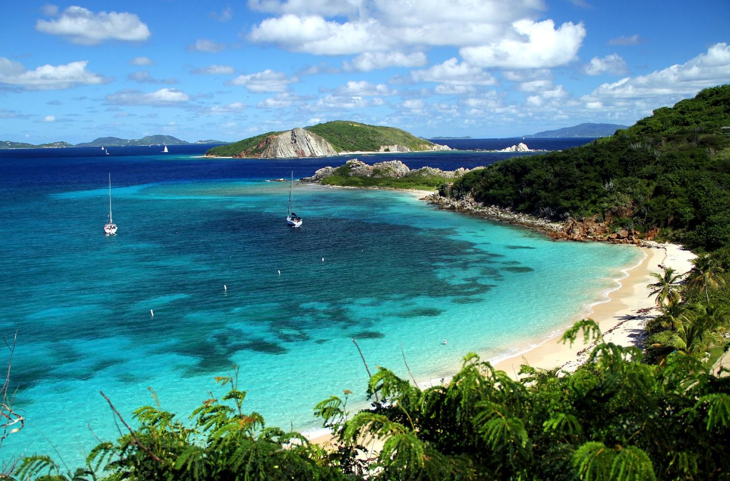 Deadmans Beach, Peter Island. Localizada ao sul de Tortola, a principal ilha do arquipélago, Peter Island é um pequeno pedaço de terra com 1620 hectares banhados pelas águas do Caribe, do oceano Atlântico e do canal Francis Drake