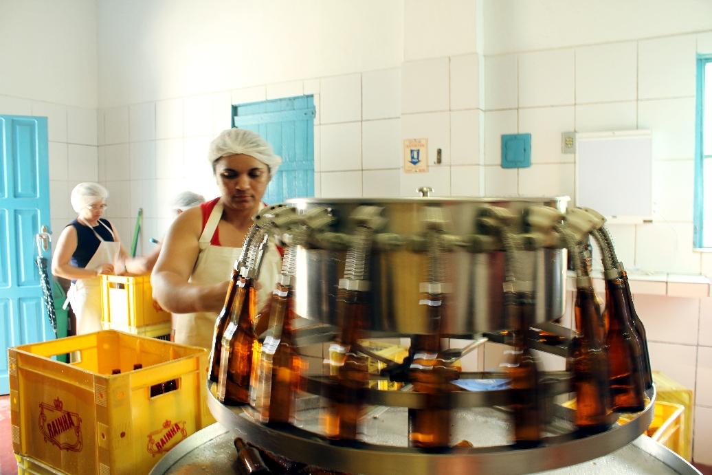 Sala de engarrafamento do engenho Goiamunduba, produtor da aguardente Rainha, em Bananeiras, Paraíba (foto: Eduardo Vessoni)