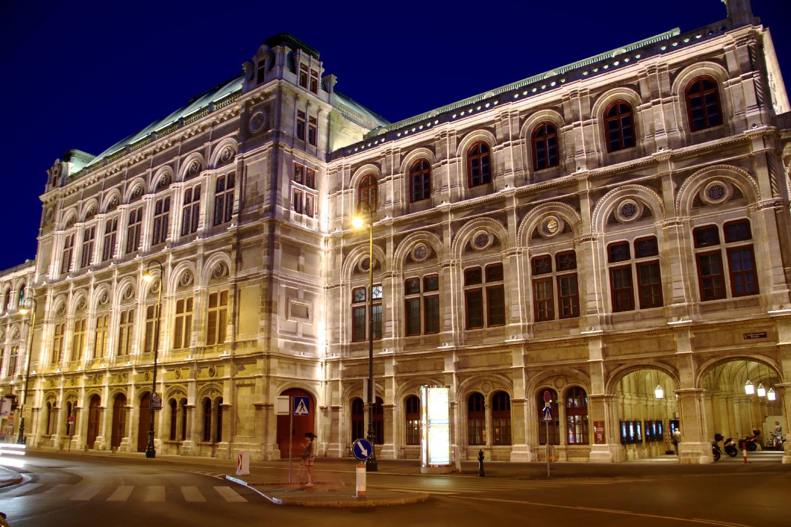 Vista noturna da Staatsoper, teatro de ópera de Viena (foto: Eduardo Vessoni)