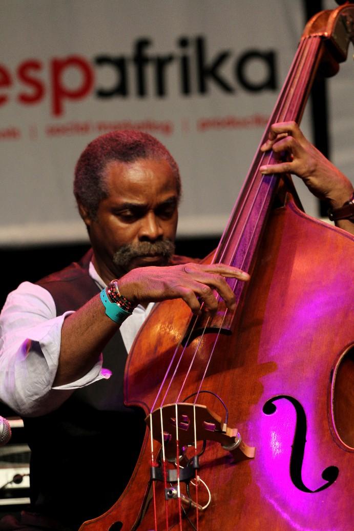O baixista Alex Blake durante apresentação com o pianista Rendy Weston, na Cidade do Cabo (foto: Eduardo Vessoni)