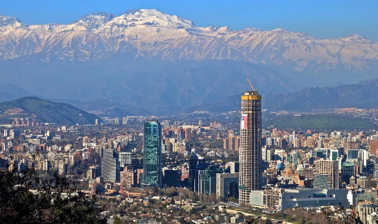 Vista de Santiago de Chile e das torres Titanium e Costanera Center (foto: alobos life / Flickr Creative Commons)