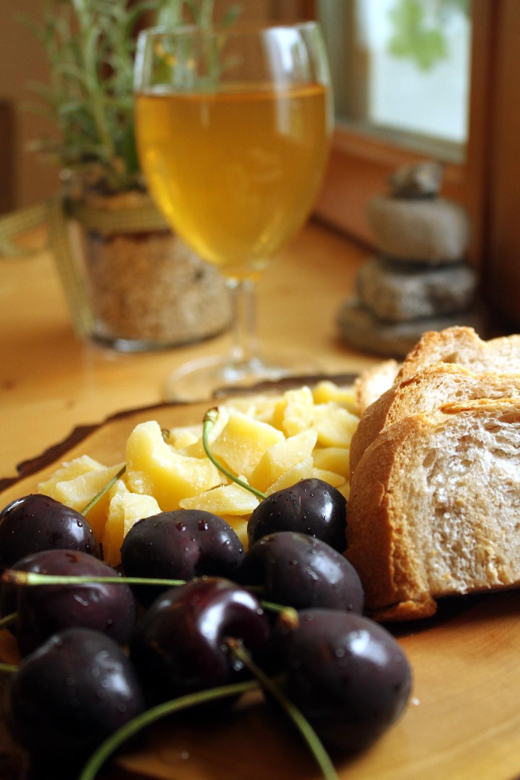 Café da tarde na fazenda de Obwalden com queijos feitos ali mesmo, suco de maçã caseiro e cerejas ainda na haste