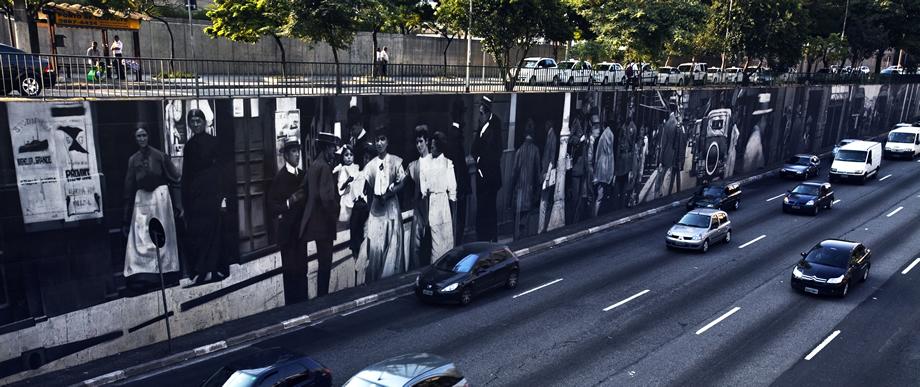 """Trabalho """"Muro da Memória"""", na avenida 23 de Maio (foto: http://eduardokobra.com)"""