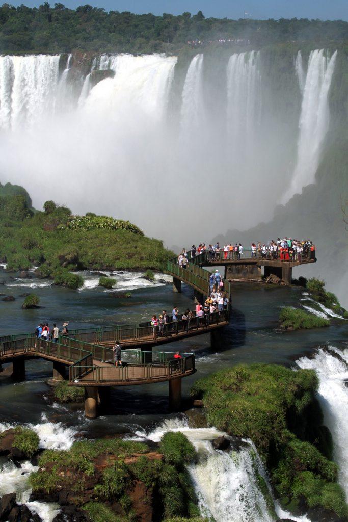 <strong>Criado em 1939, o Parque Nacional do Iguaçu possui o maior remanescente de floresta Atlântica do sul do Brasil (são mais de 600 mil hectares de área protegida) e abriga espécies animais como onça-pintada, puma, jacaré-de-papo-amarelo e o papagaio-de-peito-roxo (foto: Eduardo Vessoni)</strong>