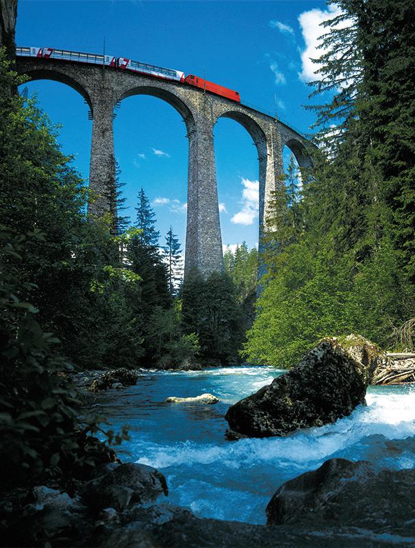 O impecável sistema de transporte ferroviário da Suíça conta com rotas panorâmicas como o_Glacier Express, de St. Moritz a Zermatt (foto: Divulgação) www.swisstravelsystem.com