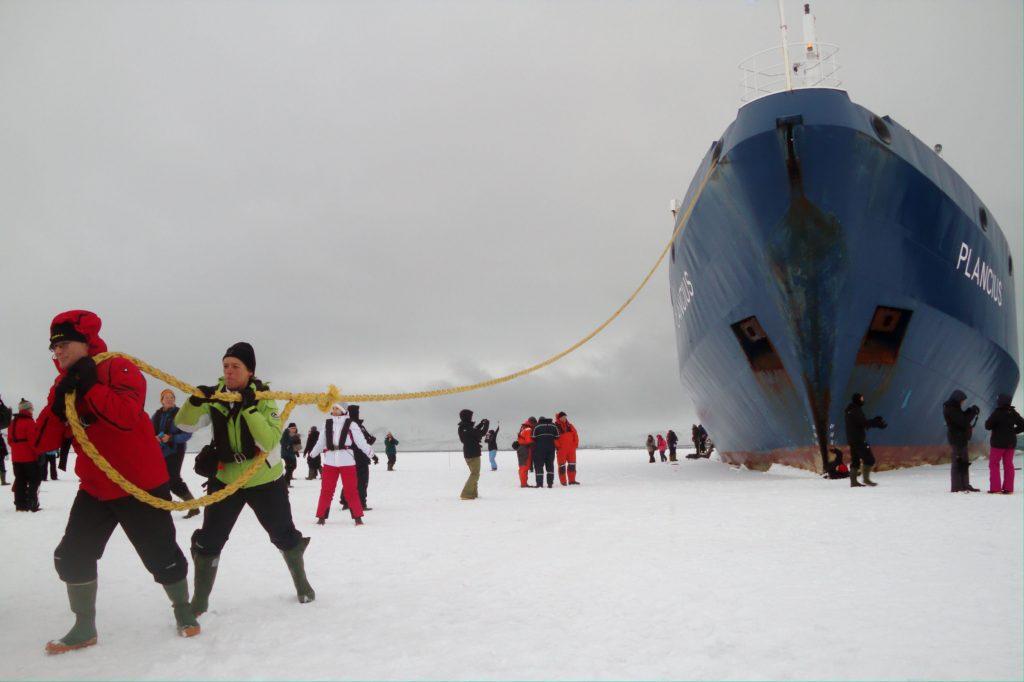 DESEMBARCAR EM UM VULCÃO CONGELADO: Deception Island é um dos destinos mais inusitados de toda a Península Antártica. Com acesso por um estreito canal de 150 metros, na baía Foster, a ilha está localizada no interior da cratera congelada de um vulcão (foto: Eduardo Vessoni)