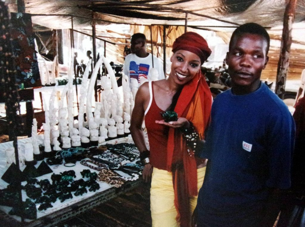 Adriana Lessa, durante visita ao Mercado do Benfica, em Luanda, capital da Angola (foto: Arquivo Pessoal)