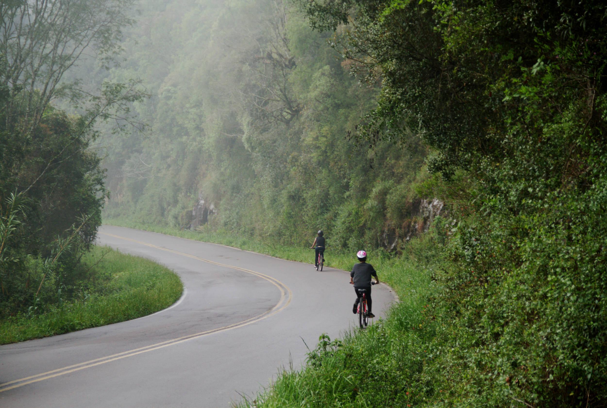 """Ciclistas nos """"Caminhos de Pedra"""", em Bento Gonçalves (foto: Eduardo Vessoni)"""
