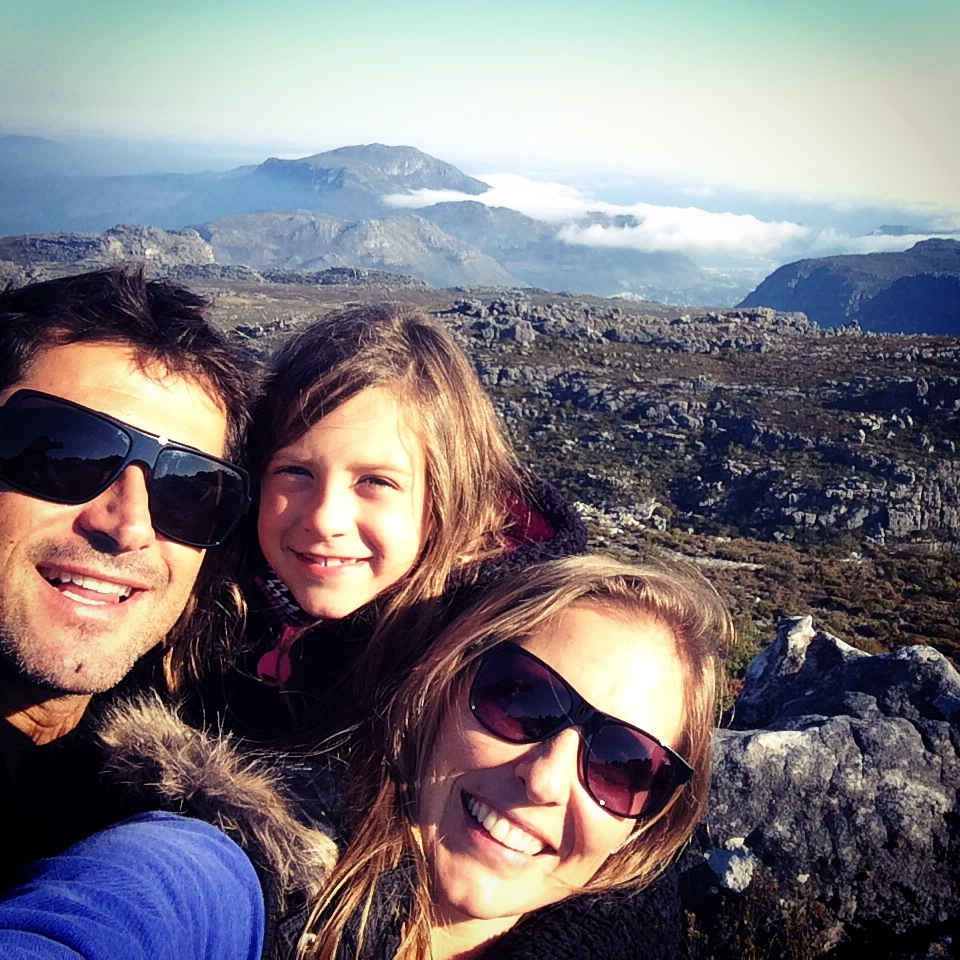 Everaldo Pato, Isabelle Nalu e Fabiana Nigol, na Montanha da Mesa, na Cidade do Cabo (foto: Arquivo Pessoal)