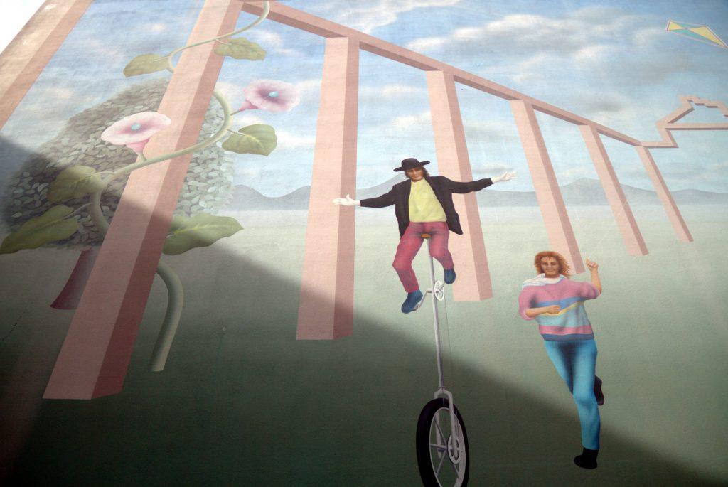 """Detalhe da obra """"Fantasia"""", de 1984, pintada na lateral de uma residência particular pelos artistas Arno Kauffin e Marianne Burri, na rua Buobenmatt, em Lucerna (foto: Eduardo Vessoni)"""