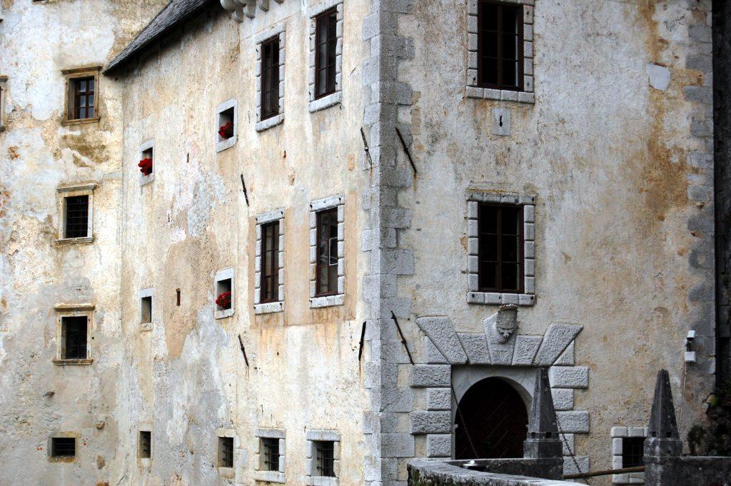 Detalhe da fachada do Castelo de Predjama, na Eslovênia (foto: KLMircea/Flickr-Creative Commons)