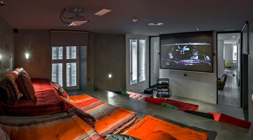 MADRI: Vista do cinema localizado no interior do U Hostel, na capital da Espanha. Diária a partir de R$ 95  (foto: trivago/Divulgação)
