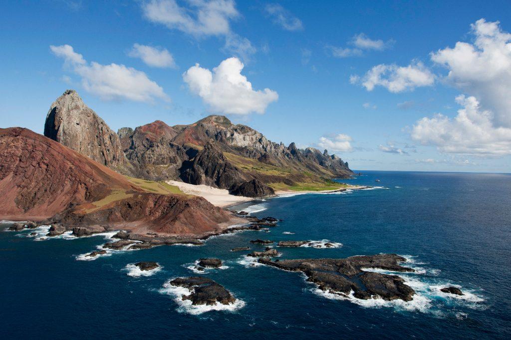 Vista aérea da ilha Trindade (foto: Simone Marinho/commons.wikimedia.org)