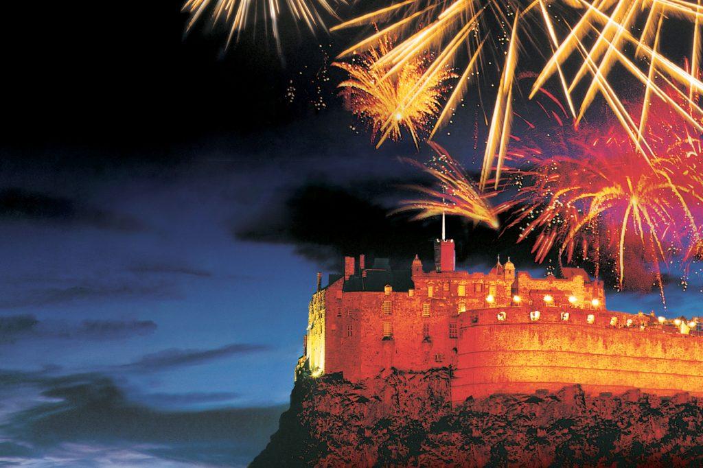 O Castelo de Edimburgo é um dos cenários das queimas de fogos na Escócia (foto: Visit Britain/Divulgação)