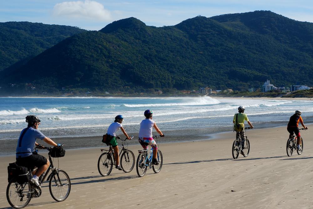 O tour de bicicleta incluir, em média, 44 km diários de pedal pelos quatro cantos da Ilha de Florianópolis, em Santa Catarina (foto: Caminhos do Sertão/Divulgação)