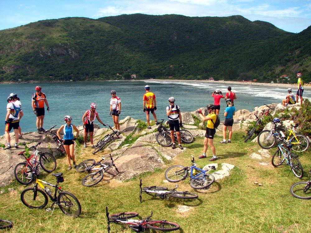 O tour de bicicleta ao redor de Florianópolis dura 4 dias e passa por atrações naturais e históricas da ilha (foto: Caminhos do Sertão/Divulgação)