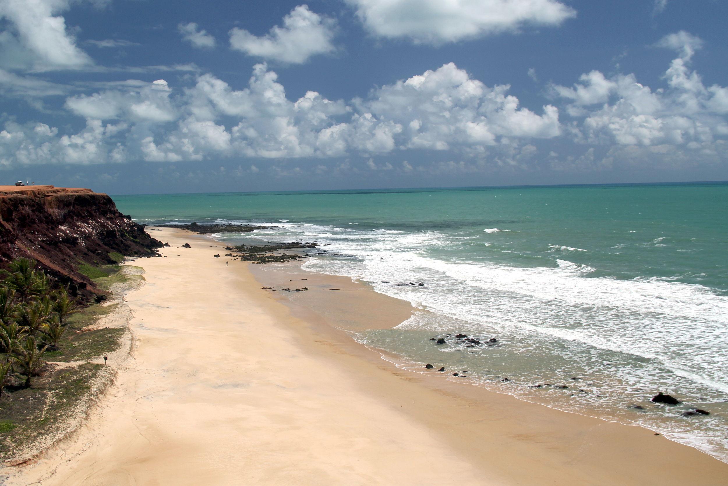 PIPA (RN): Localizada a quase 90 km ao sul de Natal, no município de Tibau do Sul, a cidade surgiu como destino dos viajantes alternativos, nos anos 70, e hoje abriga algumas das praias mais famosas do litoral nordestino. Em Pipa, o melhor fica do lado de fora e é de graça: falésias, praias de águas calmas recortadas por piscinas naturais e trechos preservados de Mata Atlântica são alguns dos atrativos naturais da região (foto: Eduardo Vessoni)