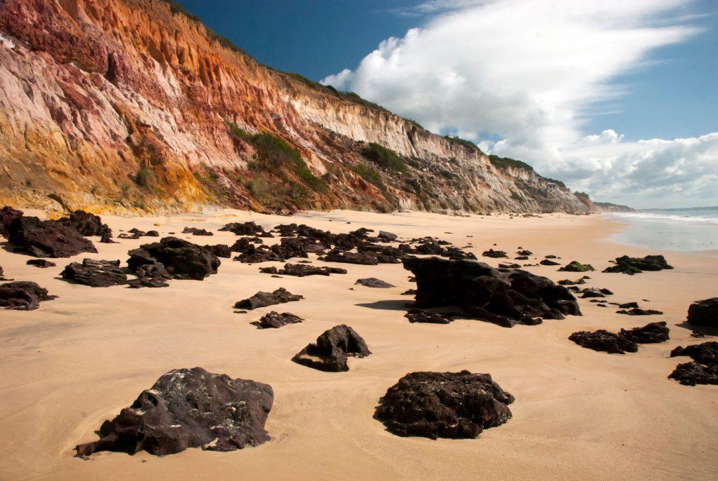 Japara Mirim, tranquila praia de falésias, a 8 km de Cumuruxatiba. na Bahia (foto: João Ramos – Bahiatursa)