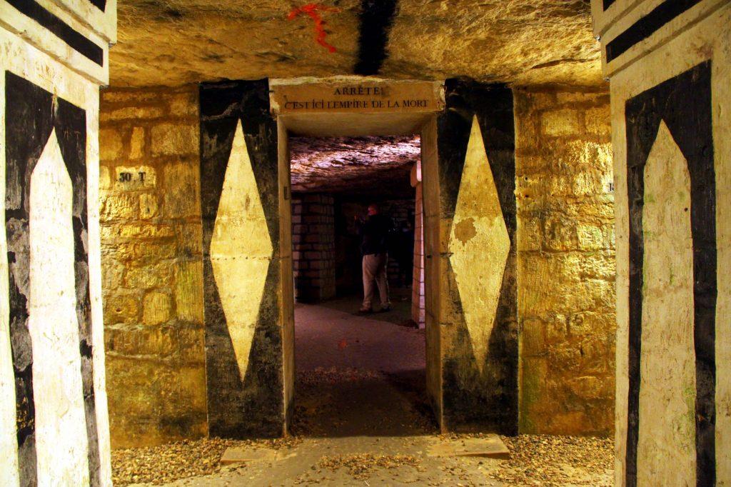 Interior das Catacumbas de Paris, ossário do final do século 18 que abriga dois quilômetros de corredores com os restos mortais de, aproximadamente, seis milhões de pessoas (foto: Eduardo Vessoni)
