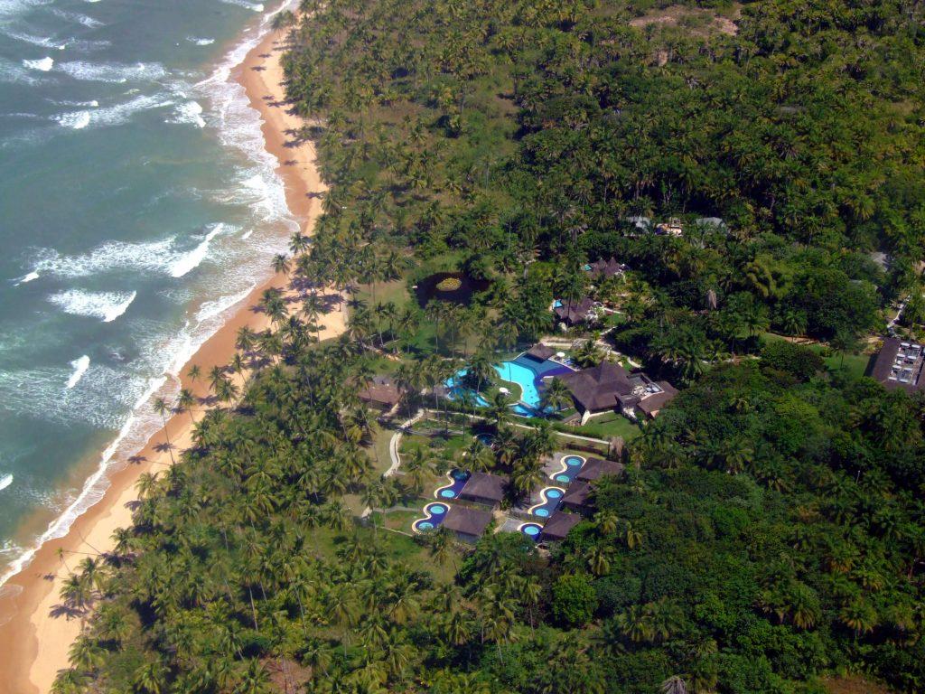 Localizado na Península de Maraú, entre o Atlântico e a Baía de Camamu, na Bahia, o Kiaroa Eco-Luxury Resort  abriga uma piscina de 800 m² com borda infinita (foto: Eduardo Vessoni)