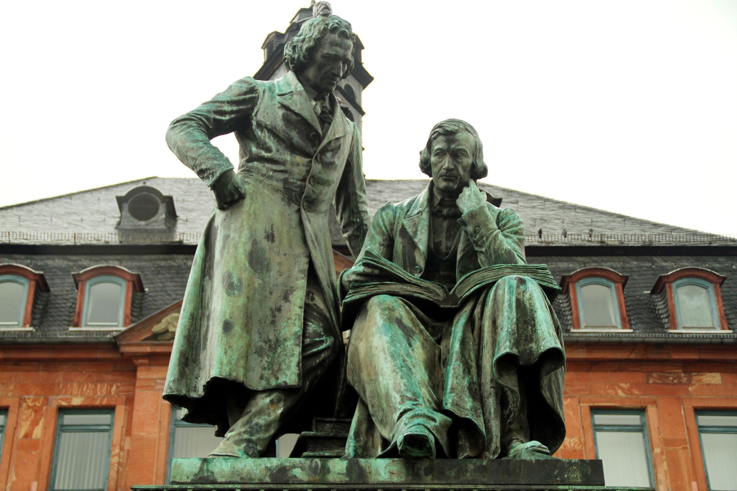 Vista do monumento nacional dedicado aos Irmãos Grimm, em Hanau, declarada 'Cidade dos Irmãos Grimm' e cidade natal desses irmãos (foto: Eduardo Vessoni)