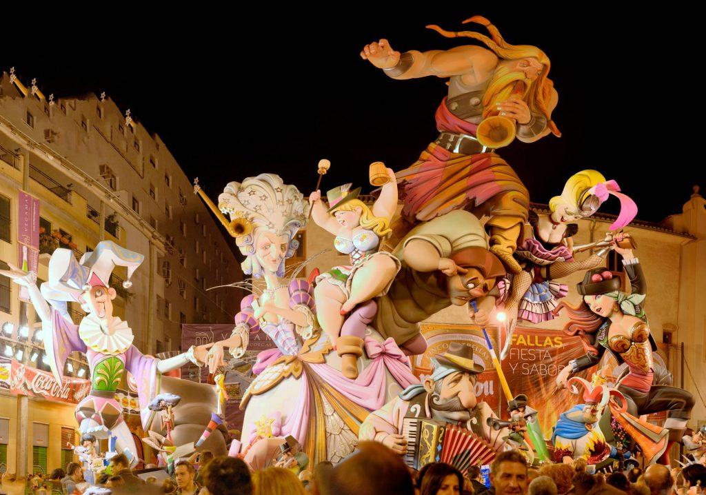 Bonecos das Fallas de Valência que acontece nessa cidade espanhola, em março (foto: Emilio García/Flickr-Creative Commons)