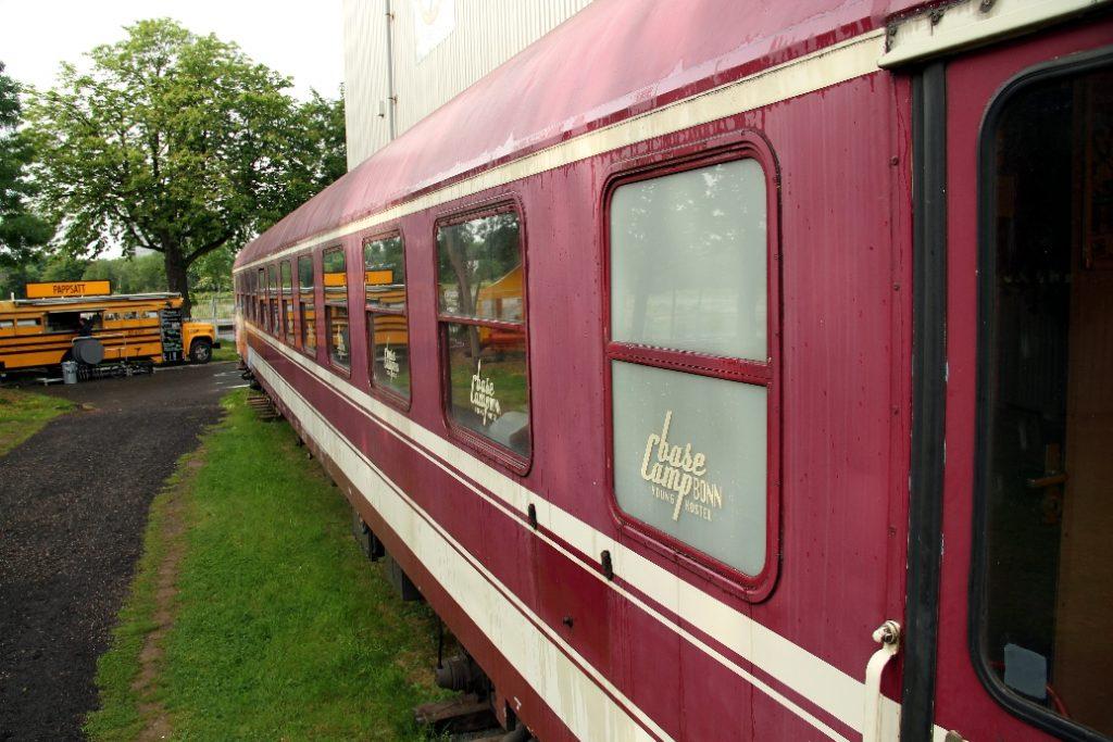 No BaseCamp Young Hostel Bonn, na Alemanha, vagões de trens também servem como opção de hospedagem (foto: Eduardo Vessoni)