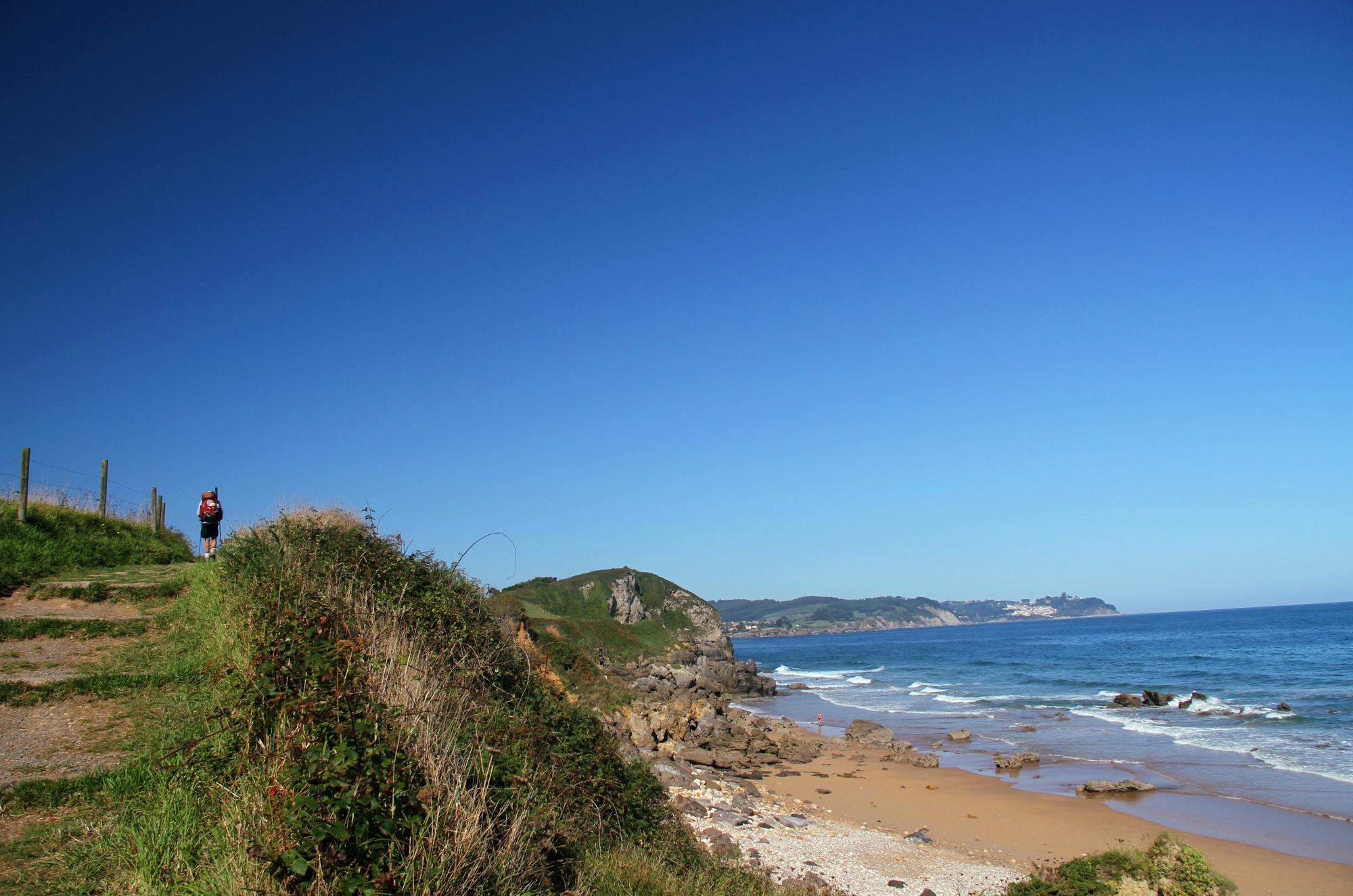 Considerado a única do Caminho Norte a seguir pela costa, a comunidade de Astúrias abriga paisagens que refrescam o peregrino, ao longo dos 815 km até Santiago de Compostela, como o trecho Arenal de Moris a La Isla, uma caminhada curta de 4,5 km de extensão (foto: Eduardo Vessoni)