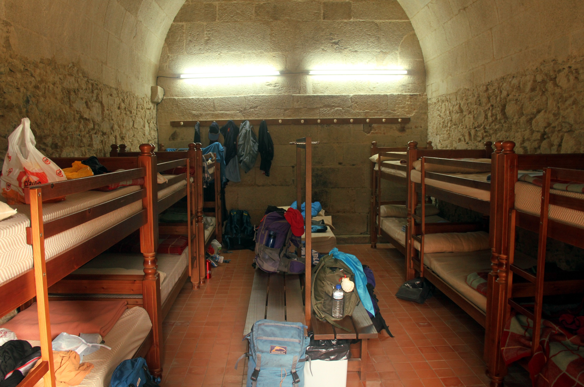 Vista de um dos quartos de peregrinos no Sobrado dos Monxes, na Galícia (foto: Eduardo Vessoni)