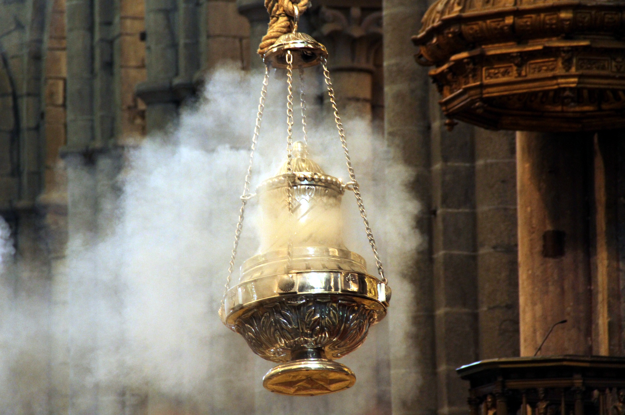 Detalhe do incensário da tradicional 'Missa dos Peregrino', na Catedral de Santiago de Compostela, última etapa do 'Caminho Norte', na Espanha (foto: Eduardo Vessoni)