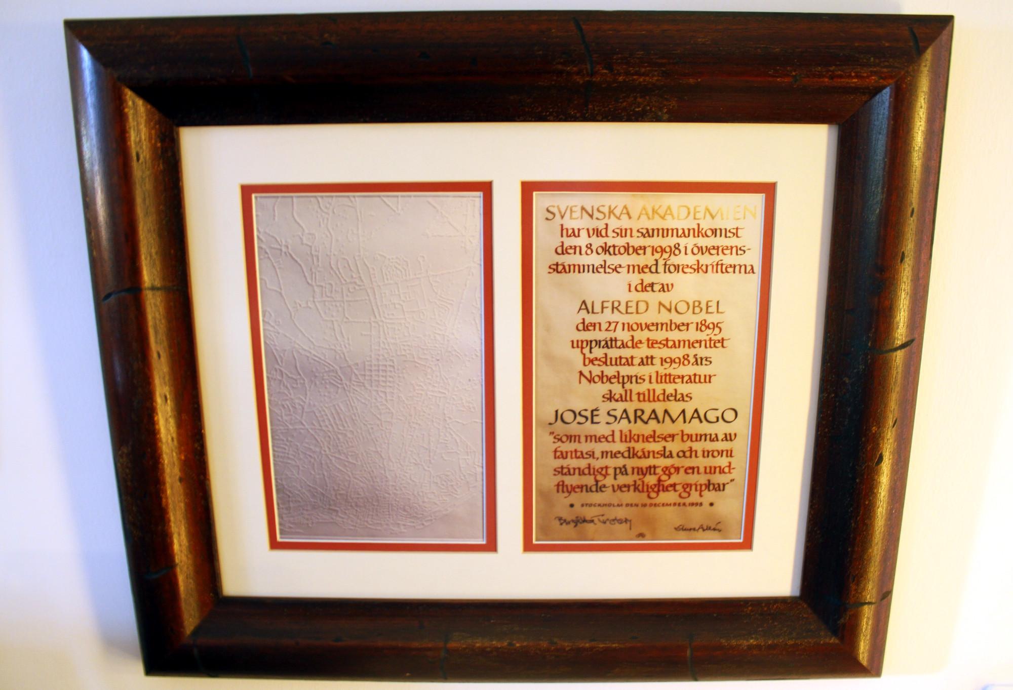 Cópia do Prẽmio Nobel de Literatura, dado a José Saramago, em 1998 (foto: Eduardo Vessoni)