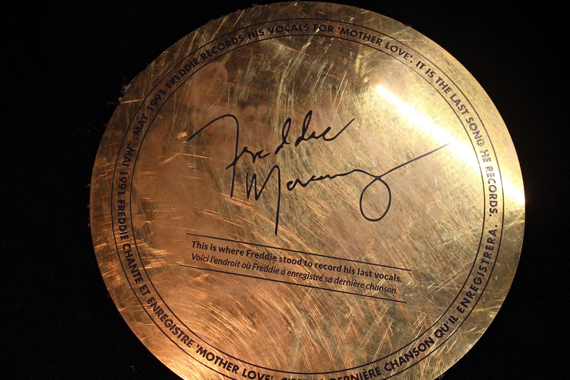 """Círculo dourado no chão do estúdio que indica o ponto exato em que Mercury gravou seu último vocal, em maio de 1991, na canção """"Mother Love"""" (foto: Eduardo Vessoni)"""