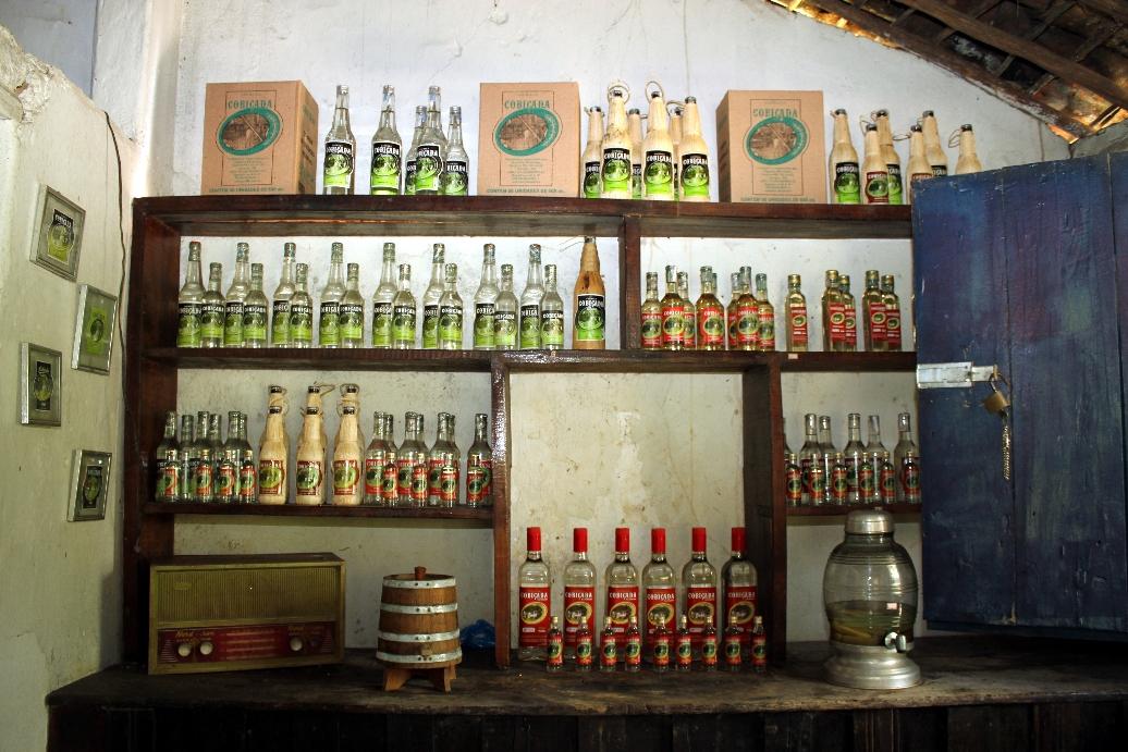 Interior da loja do engenho Martiniano, produtor da cachaça 'Cobiçada', em Serraria, Paraíba (foto: Eduardo Vessoni)