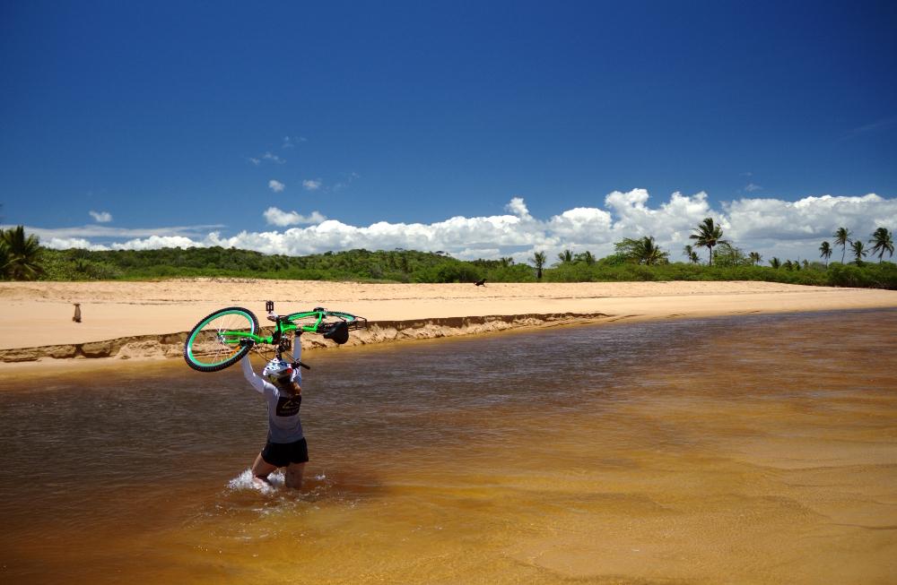 Travessia do Rio dos Frades, entre Trancoso e a Praia do Espelho (foto: Eduardo Vessoni)