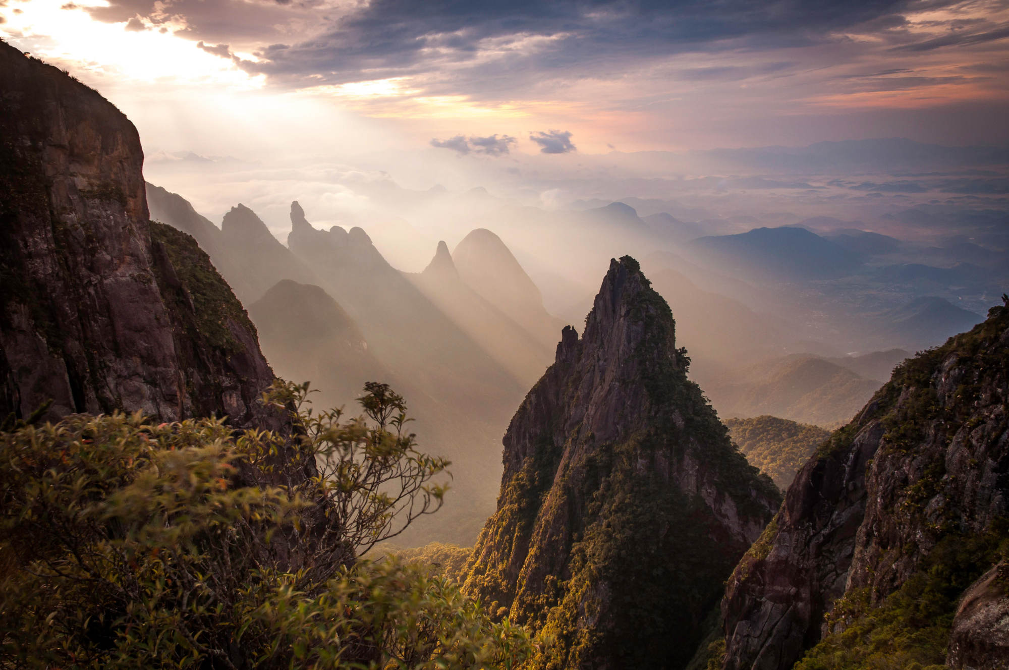 Vista do monte Dedo de Deus, no Parque Nacional da Serra dos Órgãos (foto: Wikimedia Commons)