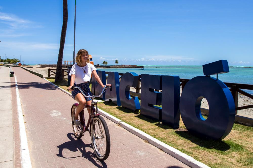 Ciclismo em Ponta Verde, uma das praias urbanas de Maceió (foto: Semptur Maceió/Divulgação)