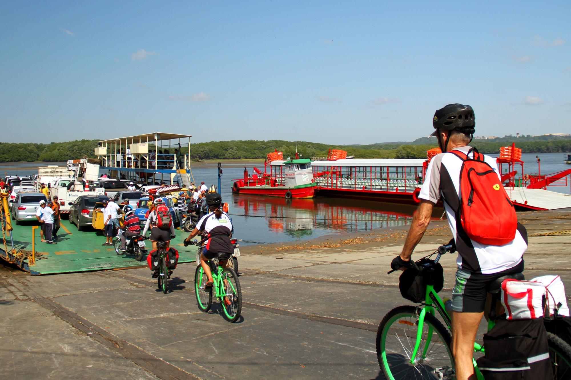 Travessia na balsa, no rio Buranhém, entre Porto Seguro e Arraial d'Ajuda (foto: Eduardo Vessoni)