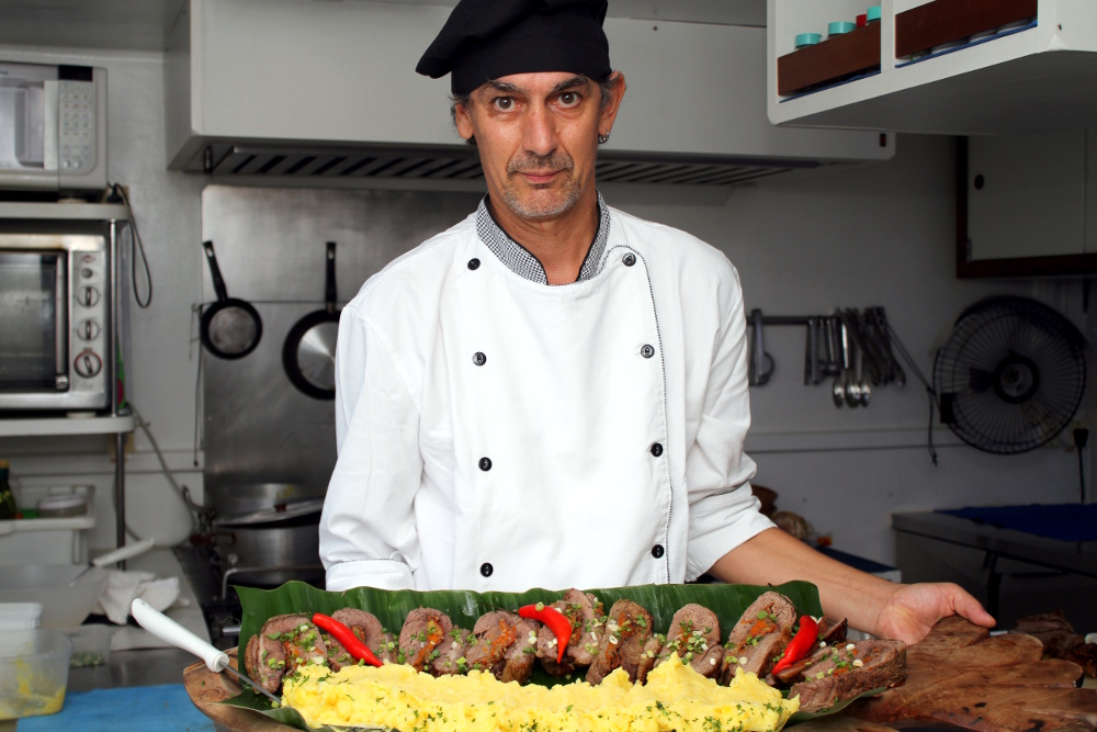 Einer Marcelo, mais conhecido como Chello, é o chef responsável por todas as refeições a bordo (foto: Eduardo Vessoni)