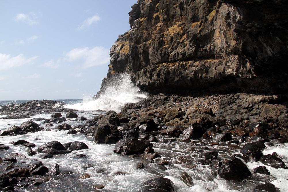 Entrada da caverna do Capim Açu, em Fernando de Noronha (foto: Eduardo Vessoni)