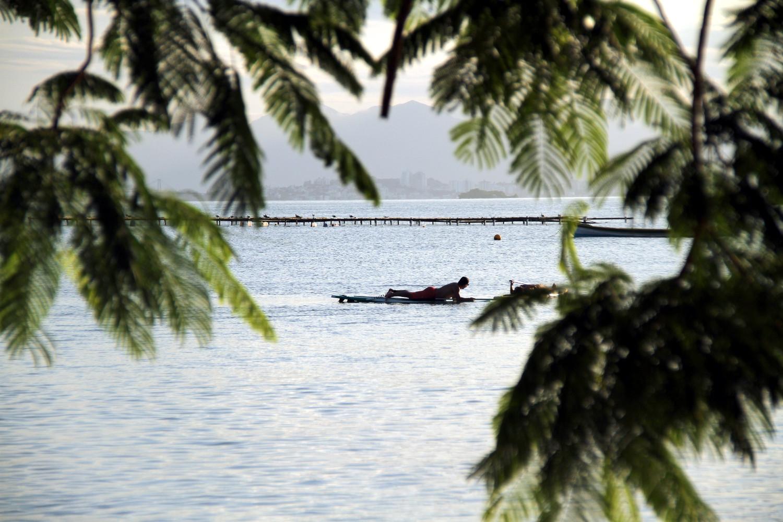 Em Florianópolis, as temperaturas ainda não estão baixas e as praias, de águas mais geladas, podem ser apreciadas, até meados de abril. Na foto, Santo Antonio de Lisboa (foto: Eduardo Vessoni)