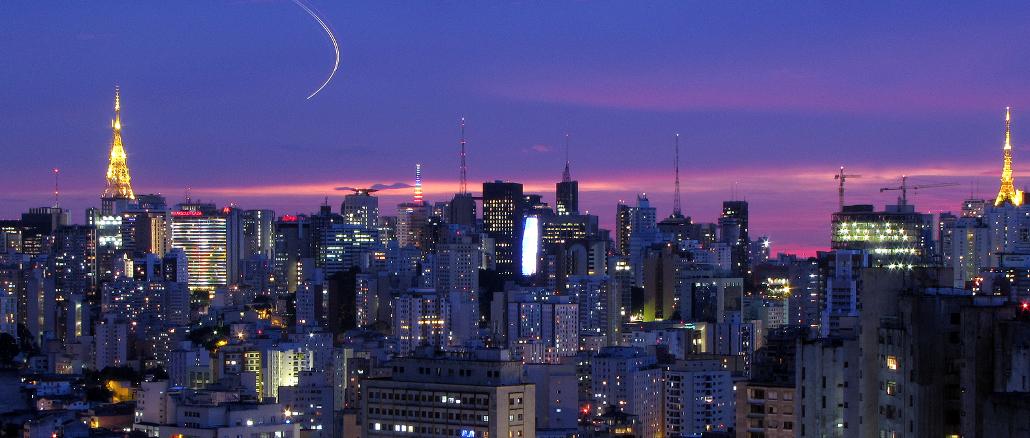 Viagens de celebração ficaram em 2º lugar na lista de tendências para 2018, no mercado de luxo no Brasil. Em destaque, skyline de São Paulo (foto: Júlio Boaro/Flickr-Crative Commons)