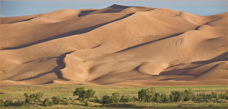ESTADOS UNIDOS: Para 2016, a revista Condé Nast Traveler recomenda também alguns dos parques nacionais estadunidenses, como os glaciais do Alasca, a costa de Maine, o Grand Canyon e o Great Sand Dunes National Park (foto), que abriga as dunas mais altas da América do Norte (foto: Ron Cogswell/Flickr-Creative Commons)