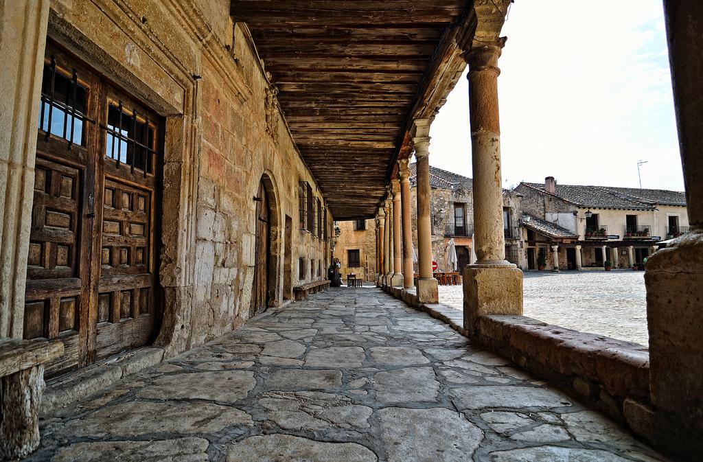 ESPANHA: Localizada próximo a Madri e Segóvia, a cidade de Pedraza é uma das sugestões para 2016, segundo a revista Condé Nast Traveler. Esse destino histórico se caracteriza por suas construções que datam do ano 1500 e ruas de paralelepípedos (foto: Raúl A./Flickr-Creative OMMONS)