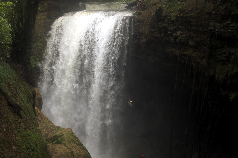 Rapel na Cachoeira do Funil, em Mambaí (foto: Eduardo Vessoni)