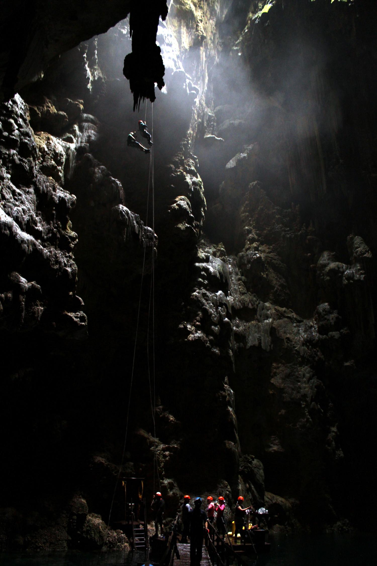 Rapel de 72 metros, no Abismo Anhumas, em Bonito, Mato GRosso do Sul (foto: Eduardo Vessoni)