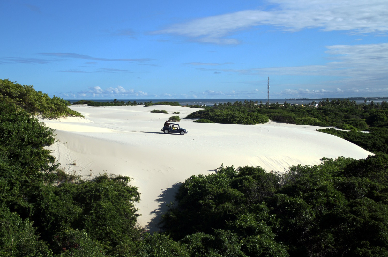 Passeio de bugue nas dunas da Praia do Saco, no litoral sul de Sergipe (foto: Eduardo Vessoni)